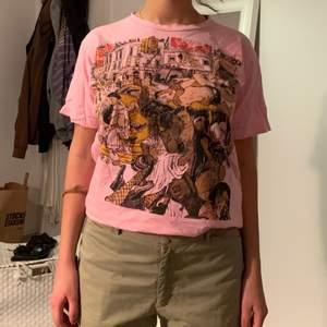 rosa t-shirt med coolt tryck. Skulle säga att den är lite starkare rosa i verkligheten!💓