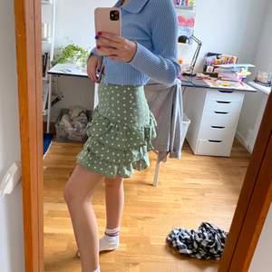 Jättefin grön kjol från shein, aldrig använd, den är lite starkare grön i verkligheten. Den är bra längd och sval inför sommaren💛💛 Köparen står för frakt och priset kan förhandlas ☺️💞