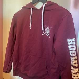 Hogwarts hoodie köpt i london för något år sedan. Aldrig använd så den är fortfarande i väldigt bra skick.