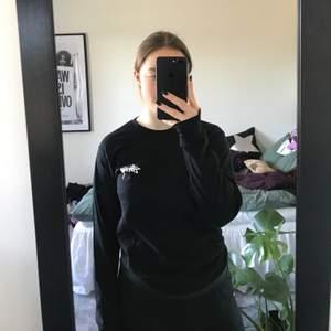 Cool långärmad T-shirt från stussy med tryck på ryggen. Herrstorlek S men passar mig bra om vanligtvis är s/m. Använd men i väldigt bra skick. Köparen står för frakt