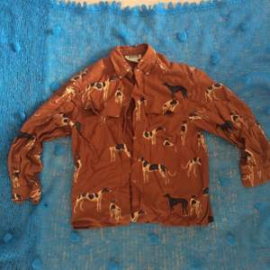 Superfin vintage skjorta med hundmotiv, storlek M