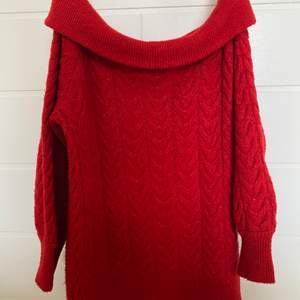 Säljer en av mina mysigaste plagg i min garderob, stickad röd oversize offshoulder tröja, har bara inte kommit till användning tyvärr. (Den sticks inte)
