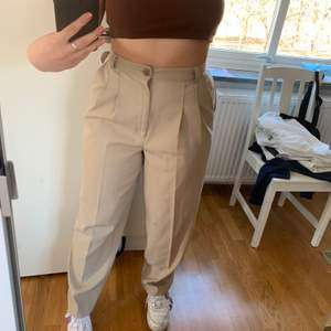 Säljer dessa superfina beiga kostymbyxor ifrån Beyond retro. Säljer pga för liten i midjan men annars superfina! Storlek 40 men kan absolut passa 38 och mindre för en mer baggy look. Köparen står för frakt!🥰