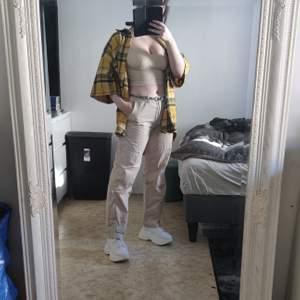Snygg skjorta i tjockare material strl vet jag inte men funkar på mig som vanligtvis har strl s-m. 200kr + frakt eller bud