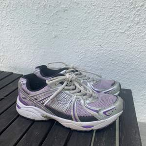Coola lila/silver sneakers köpta second hand. Coola och bidrar till en vintagelook vilket jag älskar!! Frakten ingår ej🥰