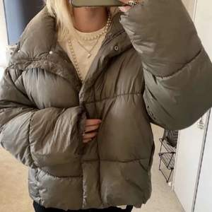 Säljer denna jacka från hm i storlek M. Den har använts sparsamt. LÅNADE BILDER💗💗 Buda i kommentarerna🙌🏻DIREKTPRIS 600kr+frakt