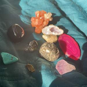 Säljer 10 stycken kristaller. Dessa kristaller är med:arganoit, (den stora oranga,bruna) rosa agat skiva, pyrit(den silvriga)svart obsidian(den stora svarta) snowflakeobsidian(den lilla svarta med små prickar på) ametistspets(lila) ,turkos(den torkosfärgade)en agatgeod(3 bilden) och en annan kristall med andra små kristaller i💗. Nypris: runt 370kr. Mitt pris: 190 kr plus frakt🤩