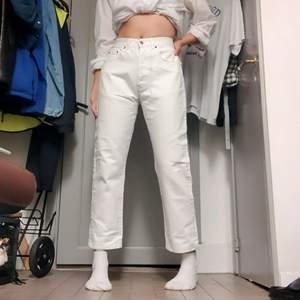 +60kr frakt! 80-tals jeans som är gjorda i Italien! Perfekta längden att ha med docs! Jag på bilden är 170cm. Midjemått: 74cm Innerbenslängd: 68cm 🥰