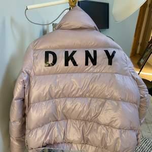 Lila dunjacka från DKNY. Sista bilden visar jackans färg bäst.