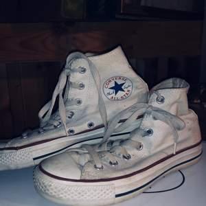 Vita höga converse, har inte provat tvätta dom(!!). Storlek 38. ✨