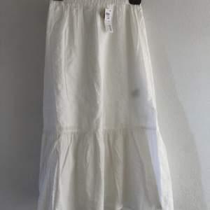 Världens sötaste mid kjol från lindex i lite mönstrat material, strl XS. Passar till absolut allt och säljs endast pga för liten storlek. Helt nyskick och aldrig använd. (Det som ser ut som en liten fläck i första bilden är bara lappen på insidan som syntes igenom) Nypris 399kr, Mitt pris 95kr!