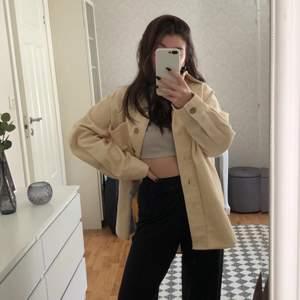 Beige, helt oanvänd skjort-jacka i manchester från Gina Tricot🤎🤍passar perfekt till klänning, kjol eller byxor💕 (prislappar sitter kvar) köparen står för frakten, går att diskutera pris☺️
