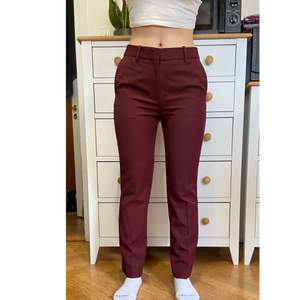 They are wine red suit pants from Victoria Victoria Beckham. Never worn, because they are sadly a little too tight on me. So they're in perfect condition. Shipping not included
