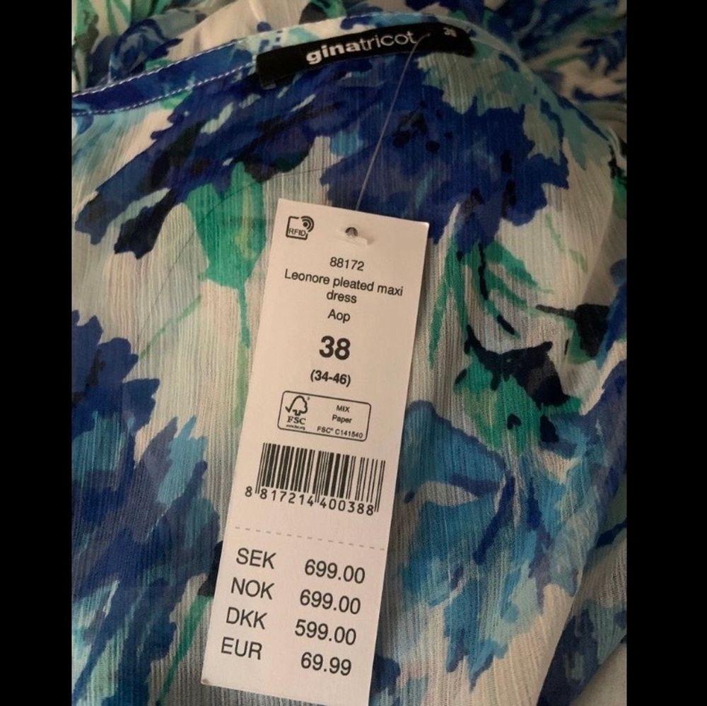 Säljer denna helt oanvända & jätte fina klänningen från ginatricot. Tyvärr för stor för mig men går ändå att se på ett ungefär hur den sitter på (på bilderna). ❤️ Originalpris: 699kr  Storlek 38! . Klänningar.