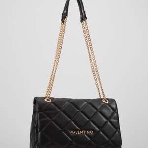 Säljer min fina Valentino väska som är köpt från Zalando. Säljer pga att den inte kommit till användning. Ser helt ny ut både på utsida och insida. Köpt för 1 395kr och säljer för 800kr, pris kan diskuteras. Kan mötas upp i Stockholm eller så funkar frakt. Köparen står frakt.