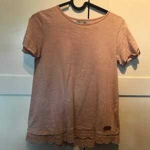 En snygg gammelrosa tröja med lite snygga detaljer längst ner