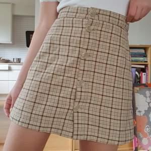 Jättesöt rutig kjol från Monki! Skickar gärna fler bilder och köparen står för frakten som tillkommer på 45 kr 💌