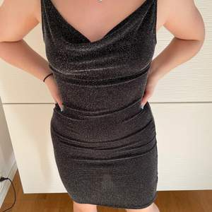 Fin glitterklänning, perfekt till nyår. Från H&M i storlek 38. Knappt använd, därav i nyskick. Köparen står för frakt 💕