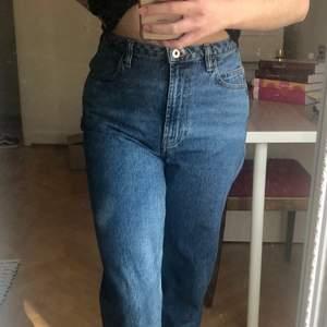 Snygga vintage mom jeans från märket Collusion. Storleken är 28/32 och passar strl 34/36. Jag har 36/38 och är 165cm för referens, sitter lite för tight runt midjan. Jeansen är mörkblå stentvättade och har rejält tyg, dvs inte så stretchiga. Mycket bra skick, använda ett fåtal gånger.  Kan skickas (du betalar frakt) eller mötas upp i Lund/Hbg! 🌸