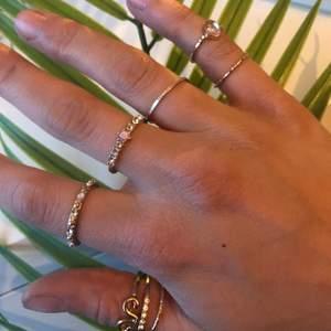 8 st guldiga ringar 💍🌟 Använda några enstaka gånger då jag har många andra som jag använder mer! Går att köpa enskilt 1 & 1 eller flera! Bara att höra av sig vid ev frågor💞 Liten ring UTAN diamant= 5:-🌟 Liten ring MED diamant= 10:-🌟 Resten av alla ringar= 20:-🌟 Alla ringar= 115:-❣️