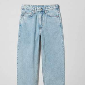 Weekday jeans Modell Lash (Extra high mom jeans). Storlek: Waist: 29. Length: 30.  Säljes pga för små för mig. Nedsatt pris, på grund av att ett litet jack som är fixatt på baksidan, precis vid bakfickan (se tredje bilden). Sitter som vanliga mom jeans