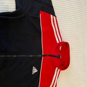 Bra skick för att vara redan gammal, fin Adidas kofta!Oversize.
