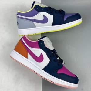 Säljer helt nya & oanvända Jordan 1 Low Purple Magenta i storlek 40,5. Köpta från Zalando, kvitto kan uppvisas! Fraktas spårbart & dubbelboxat på köparens bekostnad. Vid stort intresse blir det budgivning! Kolla in @LocalJords på Instagram för fler limiterade Jordans!