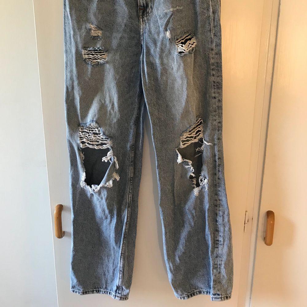 Slitna jeans från hm, stora hål så passar för den som verkligen gillar denna looken. Otroligt fina på men måste tyvärr göra mig av dom då jag gått upp i vikt. Använda men är i bra skick.. Jeans & Byxor.