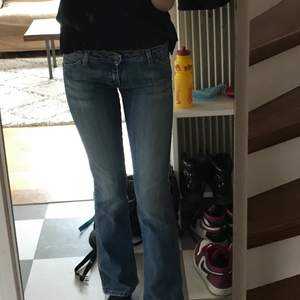 Dom PERFEKTA lågmidjade jeansen från wrangler som tyvärr är lite för små för mig. De är tighta i midjan och låren och sen utsvängda. Storlek 26/34. Jag är 173cm lång.