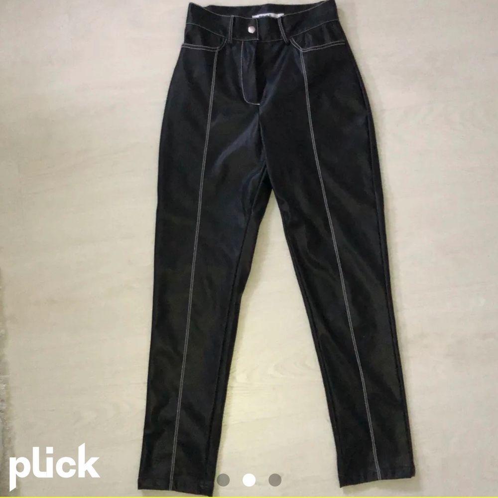 Super snygga skinnbyxor från nakd, obs lånad bild, ett matchande skärp medföljer. Köparen står för frakten🖤. Jeans & Byxor.