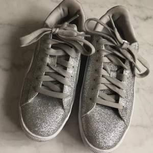 PUMA GLITZ - Sneakers  Supersnygga glitter-sneakers från PUMA. Toppskick, använda 1 gång.   Säljer pga att jag inte använder dem. Nypris 529kr  Jag säljer dem för 400kr.  Storlek:36,5