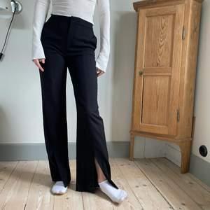 Nya & other stories kostymbyxor som jag aldrig använder tyvärr. Långa, med slits och varma. Jag är 1,75 cm. Frakt ingår i priset, köpt för 899kr💗