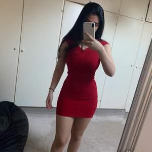 Ursnygg röd klänning som passar perfekt till skolavslutning. Använd 1 gång.