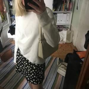 Så fin att ha i sommar till en kjol eller bara ett par jeans! Den är såå mjuk och skön :)