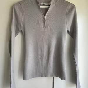 Helt oanvänd finstickad, grå tröja från NA-KD. Fin detalj med dragkedja. Storlek S 🍃 Köparen betalar frakten!