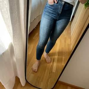 Jeans från Only i storleken 27/30. Jag är 160cm för referens. Hög midja. Sparsamt använda och i väldigt bra skick! 🌻 Köparen betalar frakten.