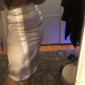 Jättefin siden kjol som tyvärr är för tight för mig😪 Lägg bud!!💘 köp direkt för 250kr