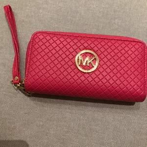 Rosa Michael Kors inspirerad plånbok, inte äkta. Oanvänd. 2 fack.