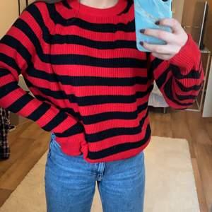 Stickad tröja ifrån Kappahl, storlek xs men skulle säga att den passar för XS - L, aldrig använd, frakt tillkommer 🖤
