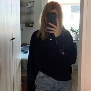 Säljer denna svart sweatshirt från weekday pga har för många. Den är väll använd men ändå i bra skick.