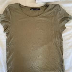Grön tröja från lager 157, sjukt bekvämt material men har inte fått användning av den över huvudtaget, frakten ingår inte i priset😊