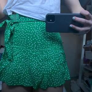 Jättesöt kort, grön kjol från zara köpt förra sommaren. Då den är väldigt kort finns det små inbyggda shorts under! Väldigt bekväm och söt till sommaren🤩🤩  priset kan diskuteras vid snabb affär💖