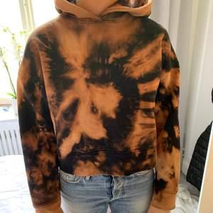 Tie die hoodie som från början var svart och kommer från Zara. Så fin eftersom den är croped.