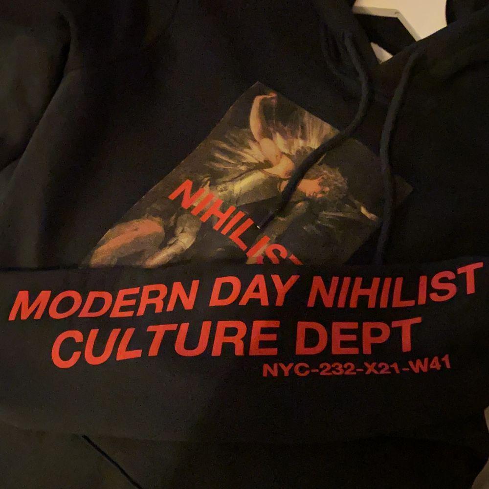 Riktigt snygg hoodie från YouTurn med tryck på framsida och på armen. Superskönt material! Skriv för fler bilder/info💕. Huvtröjor & Träningströjor.