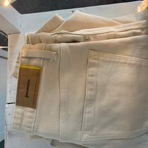 Beiga mom jeans från stradivarius i storlek 36, är smått spruckna vid ena fickan
