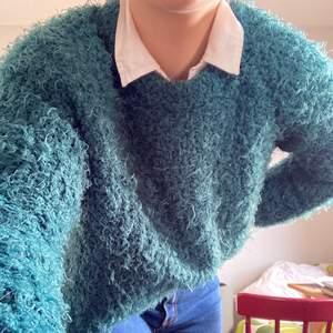 Perfekt vår och höst tröja i mossgrön färg från monki. Bra använt skick. Fråga om du undrar nått 💖💖 Frakten delar vi på 🧚♀️🧚♀️🧚♀️
