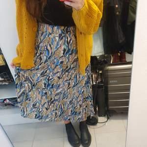 Superhärlig kjol med leoparder på. Storlek S men passar M också . kommer från monki