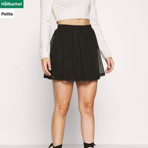 Oanvänd svart kjol som tyvärr inte riktigt passade mig i smaken💕 perfekt nu till våren! Passar S-M ungefär!