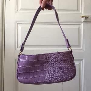 Snygg lila väska. Köparen står för frakten😃