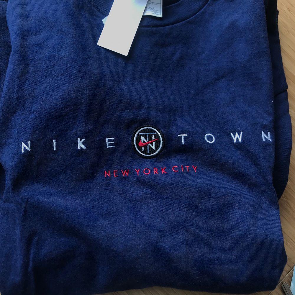 Vintage tee från Nike i suuperskick! Storlek XL så passar alla storlekar. Jag har vanligtvis S men sitter fint om den stoppas in och ärmarna viks upp😇. T-shirts.